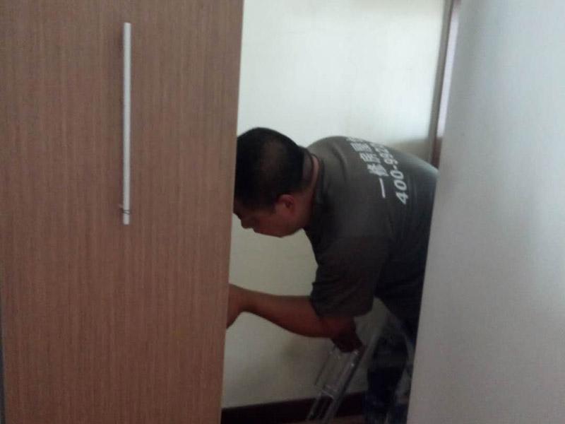 卧室衣柜安装:我们在安装前,需要准确的了解各部位板材的尺寸,明确知道这是哪个部位,那是哪个部位。这样才不会弄混。对照安装说明书中的步骤,来逐步进行,不可跨步跳步省步,否则都会直接影响到衣柜的安装效果。并且它的零配件一定要检查齐全,切勿丢失,否则会容易影响到衣柜的稳固性。