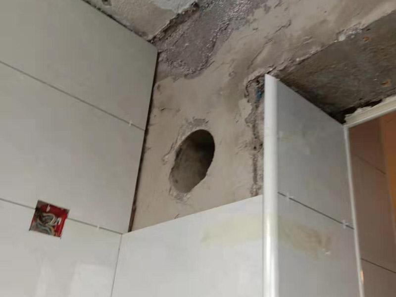 厨房墙地砖铺贴:将墙面用水泥浆刷一遍,同时压实抹平,如果墙面有不平整的地方,需要用水泥砂浆修补平整。然后根据设计要求在墙面刷一遍防水涂料,按照设计要求结合实际和选择的墙砖规格进行排砖、弹线。正式粘贴前用坏了的瓷砖加粘贴剂粘贴在墙或柱上,来控制粘贴瓷砖表面平整度。