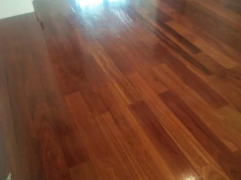 地板打磨翻新:1,首先是用打磨设备打磨地板,对室内的地板进行几次打磨,先快速打磨一遍,然后再慢慢地打磨,让尘蒙多日的地板逐渐显现出它昔日的光泽。 2,是对地板进行修补,在比较大的缝隙里用水性腻子补上,选用的颜色当然是和地板相似的。3,上漆,把地板打磨后,填平缝隙,就开始刷一遍底漆。等待底漆干透后,上第二遍面漆,等面漆干透后,就可以刷第二遍面漆。 4,上蜡,整个过程需要10天左右的时间吧,到时候你家的地板就会焕然一新了。