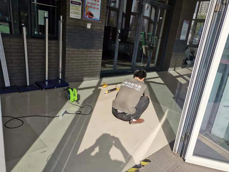 地砖空鼓维修:如果是发现单块的地砖空鼓超过标准,可以要求装修人员把砖撬开了重铺。方法就是取出空鼓的地砖,可利用吸盘,平直的吊出,然后再按照规范要求进行铺贴。如果只是小部分松动,可以把砖缝清理干净,用水把地面充分润湿,用水泥浆对胶水,用胶榔头轻轻打击,使水泥浆渗入,渗入后用重物压使干后就可;如果是一半以上就要重新处理,胶榔头轻轻打击地砖,使地砖完全松动,清理缝隙,取出 地砖,凿打地面重新粘贴就可以了;