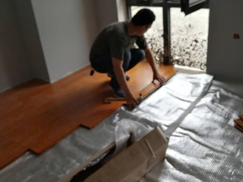 木地板安装:要铺设实木地板的空间清理干净,去除地面的污渍,同时将地面凹凸不平的部分,利用找平或自流平的方式将其统一成同一高度。接下来就是安装防潮地垫了。安装防潮地垫有两个好处,一方面防潮地垫可以进一步弥补地面的不平整,另一方面因防潮地垫本身的特性,它可以增强实木地板的防潮性,增长实木地板的使用寿命,一举两得。确定好摆放的方向和大体格局,另一方面需要对部分实木地板进行切割,我们可以选择一些不太优质的实木地板进行切割,留下好的部分作为一些边边角角的铺设材料。最后一步就是要考虑到实木地板自身会因为天气而热胀冷缩,所以在铺贴时要预留一些空间,大概是小于等于1mm左右,这样可以预防实木地板日后膨胀变形。如果在铺设时没有预留空间,那么在日后使用中出现了严重的起鼓等情况时,就只能将地板拆除,重新安装,这样会使得我们的家居生活十分地不方便。