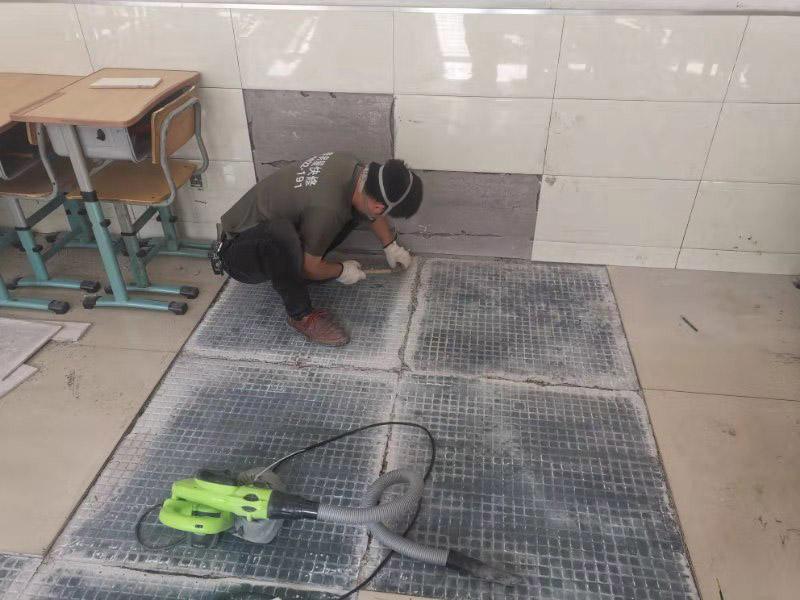 地面空鼓维修:如果是发现单块的地砖空鼓超过标准,可以要求装修人员把砖撬开了重铺。方法就是取出空鼓的地砖,可利用吸盘,平直的吊出,然后再按照规范要求进行铺贴。如果只是小部分松动,可以把砖缝清理干净,用水把地面充分润湿,用水泥浆对胶水,用胶榔头轻轻打击,使水泥浆渗入,渗入后用重物压使干后就可;如果是一半以上就要重新处理,胶榔头轻轻打击地砖,使地砖完全松动,清理缝隙,取出 地砖,凿打地面重新粘贴就可以了;