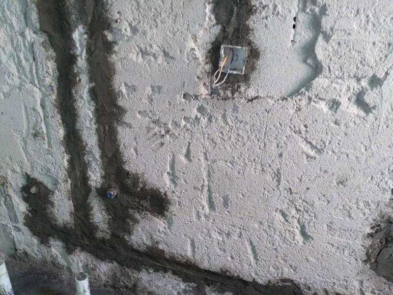 水电改造维修:按走向进行墙面或地面开槽,开槽过程中,不允许出现墙面横向开槽大于30cm的现象,因为横向开槽将破坏整楼的承重,使得抗震能力降低而且墙面容易开裂。如果是保温墙的话,开很长的横槽有可能会导致开槽上部的保温层整体脱落。墙面开槽一般都应该是竖向垂直开槽。埋入管线(包括布线和接好管道)和暗盒,电路施工时先安装管路,然后再穿导线,这样可以避免将来换线出现导线无法抽动的现象。穿管不能使用软管,防止出现死角。同时电路接头不要裸露在外面,应该安装在线盒内,分线盒之间不允许有接头。检测电路,对水路进行试压,验收检查合格后要注意保存好电路施工图纸,图纸要与实际相一致,同时图纸上要标明导线规格及开关、插座位置。