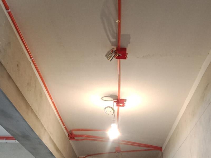 电路改造维修:进场后立即准确将水平线弹好,在墙面和地面上先做出线路走向的标记,确定好未来暗盒的安装位置,电源插座及各种接线盒按统一高低标准施工。做好开线槽的准备。同一室内的开关插座应该处于同一水平线上。一般开关在1.4m高度,插座在30cm。另外床头开关建议在90cm,方便在床上操作。客厅电视柜后面的插座高度在20cm左右,防止超出电视柜高度。使用专用PVC阻燃型电线管,管壁厚以人站在上面不会踩扁为好。线管在线槽中必须固定,线盒与线管相接时应使用锁母,直管每隔80公分使用一个管卡,拐角处每隔20公分使用一个管卡。