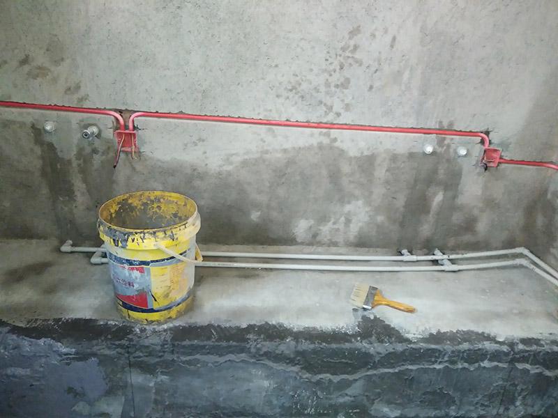 电路线槽安装:明装电线槽固定,还要视墙面情况而定,可以用的方法也很多,比如自攻钉、钢钉、胶粘和膨胀塞等,都可以将明装电线槽固定好。但千万别用玻璃胶粘,玻璃胶对铜线的辐射性太大。1、线槽平整无扭曲变形,内壁无毛刺,接缝处紧密平直,各种附件齐全。 2、线槽连接口处应平整,接缝处紧密平直,槽盖装上应平整,无翘角,出线口位置正确。 3、线槽经过变形缝时,线槽本身应断开,线槽内用连接板连接,不得固定,保护地线应有补偿余量,线槽CT300*100以下与横旦固定1个螺栓,CT400*100以上必须固定2个螺栓。 4、非金属线槽所有非导电部分均应相应连接和跨接,使之成为一个整体,并做好整体连接。 5、敷设在竖井内的线槽和穿越不同防火区的线槽,按设计要求位置设防火隔堵措施。 6、直线端的钢制线槽长度超过30m加伸缩节,电缆线槽跨变形缝处设补偿装置。 7、金属电缆线槽间及其支架全长应不小于2处与接地(PE)或接零(PEN)干线相连接。 8、非镀锌电缆线槽间连接板的两端跨接铜芯接地线,接地线最小允许截面积不小于BVR-4mm。 9、镀锌电缆线槽间连接板的两端不跨接接地线,但连接板两端不小于2个有防松螺帽或防松垫圈的连接固定螺栓。
