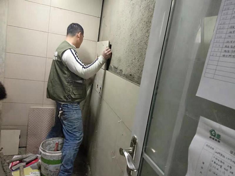 厕所墙面贴瓷砖:1.瓷砖铺贴先要选材料,卫生间瓷砖我们可以选用小瓷砖,这种类型贴的时候会很方便。 2.第二就是粘贴剂 将水泥与少量建筑胶混合拌匀,做为粘贴剂。 3.把粘贴剂用铲刀铲到地面刮平后将瓷砖铺上。 4.再用铲刀压实,这样自上而下或自左而右,重复这步骤。 5.铺好之后用白水泥浆美缝,把瓷砖间的间隙填实,等待一段时间水泥干了就好了。