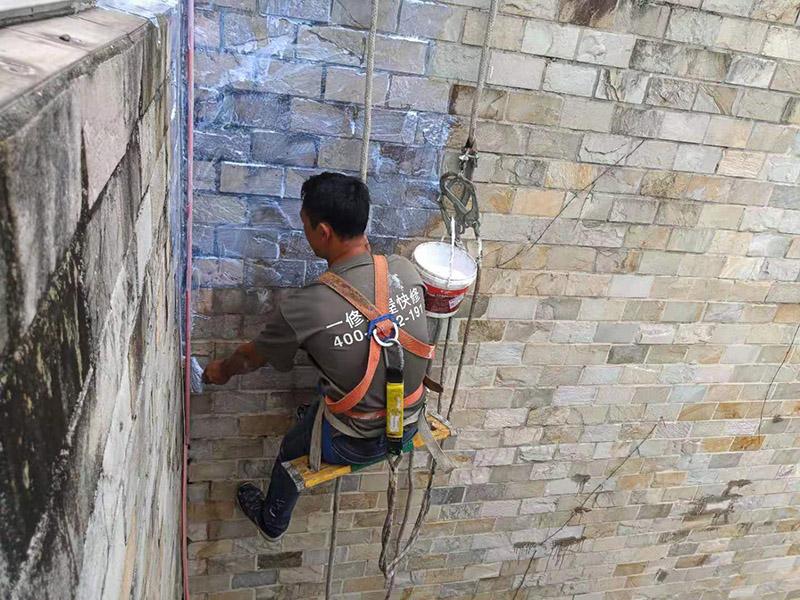 外墙高空刷防水:先清理干净外墙基层部分,重点部位要进行重点处理,尤其是不易涂刷的外墙部位;严格按要求配比防水涂料,比例要准确;确认防水涂料搅拌均匀了,开始涂刷防水涂料,防水涂料每次从搅拌结束至涂刷完毕不能超过三十分钟。底层涂料第1次涂刷完毕后约四至八小时左右,再进行涂刷第2、3次底层涂料,第1、2、3次涂刷厚度都是0.5mm,涂刷涂料之前必须要等前一次涂料完全凝固后方可再次涂刷。防水涂料涂层可根据外墙防水工程现场情况,实行多遍涂刷,但必须一次涂刷完成。