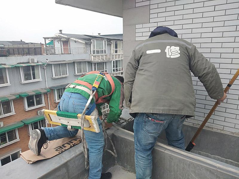 外墙滚刷防水:为保证防水层的铺设质量和节省防水涂料,基层、内外墙等位置涂刷防水涂料处应平整、无凹凸不平、蜂窝麻面、浮碴、浮灰、油污等。在管根、管道、阴阳角、施工缝等易发生漏水的部位应增强处理。在管根、管道周围凿开采用水不漏进行封堵,然后再用油漆刷涂刷一至两遍防水涂料;阴阳角、施工缝部位采用玻纤网格布增强处理后用刮板刮涂一遍防水涂料,增强网格布宽度为300㎜。施工时应边涂刷边检查,发现缺陷及时修补,涂膜应完全干燥2天后方可进行下道工序施工,施工时应注意对涂膜防水层的保护,以免人为或外为破坏防水层。侧墙防水层保护材料建议采用聚苯板或砂浆粉刷保护。顶板防水层保护材料宜采用砂浆或细石混凝土进行保护。