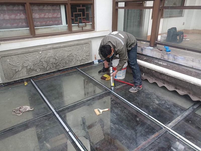 玻璃屋顶打胶防水:把阳光房的边清理干净。用结构胶往缝里填到60%。然后用和缝大小的泡抹棒往里压填充,把胶往阳光房与型材的缝里挤。最后填充耐候密封胶,用刮刀来回30度角度刮2遍。缺胶的补上。30分内把纸揭掉。阳光房的铝合金、钢材等框架材料连接处基本靠打建筑胶来固定与防漏水。建筑胶打胶前,需要将打胶处用温布擦干净且干了之后打胶,否则就算是用了高级的建筑胶,其实际效果只有普通建筑胶的效果,将会大大降低阳光房结构胶的使用寿命。