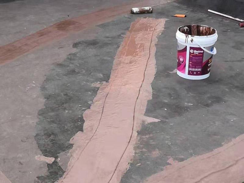 楼顶屋面防水涂刷:1.在干燥表基面上施工防水涂料前应先湿润基du面至无明水为准,若基面潮湿但无明水可直接施工。2.按配比先将防水浆料乳液倒入拌料桶中,然后再将粉料倒入,充分搅拌至均匀、无料粒糊状,静置十分钟后再搅拌一下,效果更佳。3.用毛刷或滚刷直接将胶浆涂刷在基面上,待第一层完全干透后(约2小时或手擦不粘为准),再涂刷第二遍,两遍的涂刷方向应交错。