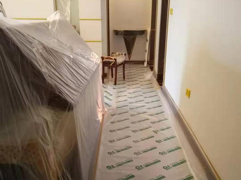 复式楼整体保护:各种装修物料的进场以及各种建筑装修垃圾的清理,都会经过入户门,这些物品在搬运的过程中,难免会和入户门发生磕碰,造成入户门的磕碰划伤,所以,第一个需要做好成品保护的地方就是入户门。做法:在装修开工前直到家具进场期间,都需要对入户门进行保护!可以使用成品保护膜将门包裹。 地面瓷砖铺贴完后,用成品保护膜覆盖砖面,既可以防止装修时的沙子磨伤地面,同时也能有效地防止油漆涂料等有色液体滴落砖面,造成地面污染。好处:1.平整美观;2.不会有泥沙尘土进入瓷砖;3.施工时不会刮花瓷砖;4.时间久了瓷砖依然干净无尘。 在进行木门、橱柜、家具等的相关的安装或组装的过程中,成品保护主要体现在两个方面:一是原有的墙面、地面装饰的保护,尽量避免因为这些安装工程对已装的部分造成破坏;二是安装的物品本身的保护,注意不要在安装过程中造成磕碰、划伤等损伤。好处:1.美观;2.避免后期刮腻子滴到柜子上;3.避免后期安装碰到,导致油漆脱落和刮痕;4.防尘。