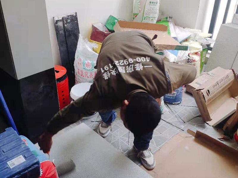瓷砖刷背胶施工:基面的要求是要平整坚固,不能有起砂、裂缝、划痕、凹凸不平等缺陷,基面也不能有灰尘、污渍等等。如果基面不平整,带有污渍,建议大家应分别采用家乐邦界面剂、腻子粉等予以套胶(松散基面)、拉毛(光滑基面)或找平处理。搅拌均匀后,需要对基面用水进行喷湿,要全部湿润但不能有明水。之后我们再用齿形刮板将瓷砖胶均匀涂抹于墙面和瓷砖背面上,在刮涂中我们要保证齿形刮板与基面角度一致,每次约涂抹1-2平方,然后由下到上将瓷砖揉压上即可。