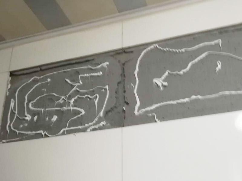 墙砖及门框修复:1、门套安装后与墙体的缝隙小于5公分,用发泡胶填充缝隙,再用防水胶敷好,既能填好缝隙,还能保证不会渗水; 2、缝隙很大,选择在缝隙处填砖或者敷水泥浆,保证墙体与门缝隙填的结实不透。安装完后的补救办法,在测量时把握好尺寸,尽量保持缝隙在1-2公分以内。 3、看门的尺寸是否符合标准,门套与墙面缝隙平均在2.公分及以内的,门洞并不标准规则,调整门的安装误差。平均缝隙超过2.5公分就是测量尺寸有误差。