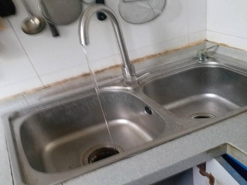 厨房水槽安装维修:水龙头装在水槽上,这个很容易,只是要把螺丝拧紧就成,重要的就是水龙头的橡胶垫圈要放好,可以防渗水、漏水。水槽底下的下水管给装上,然后密封。把水槽放到台面上粘好,连接角阀,接上水管。可以先测试一下水,然后在水槽里放满水压个24小时,让边粘得更牢固一些,没问题就可以封上玻璃胶,台上盆安装会更简单,如果是台下盆的话更会难。