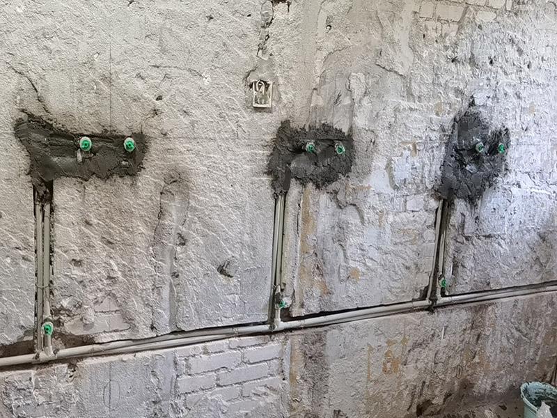 厕所水管布线安装:1、卫生间的冷热水管要分开点距离不要太近。淋浴水管高度在1.8M--2.1M之间。   2、卫生间水管的安装,一般水管走顶不走地,各冷、热水出水水口必须水平,一般左热右凉,管路铺设需横平坚直,布局走向要安全合理。管卡位置及管道坡度等均应符合规范要求。各类阀门安装应位置正确且平正,便于使用和维修。   3、冷、热水管均为入墙做法,开槽时需检查槽的深度,冷热水管不能同槽。   4、安装热水器进出水口时,进水的阀门和进气的阀门一定要考虑并应安装在相应的位置。