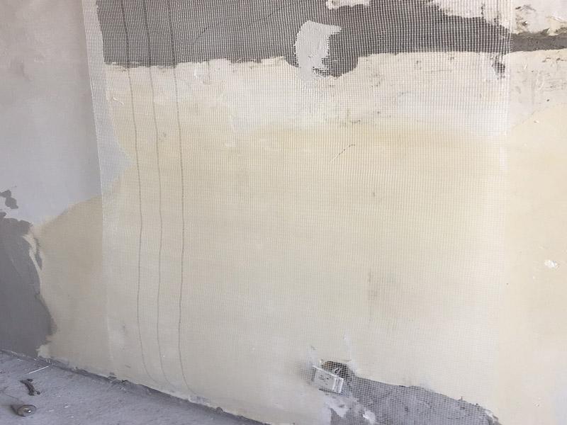 墙面空鼓掉皮维修:墙面起泡:墙面有水泡状的突起,还会含有砂粒,稍微一碰就会掉落。引起墙面起泡的原因有涂料调配中添加颜料过多或混有杂物;漆桶、刷子、滚子或喷枪不干净;漆面完全干透之前,水分渗入漆内导致漆膜失去黏附性;涂刷墙面时未清理干净墙面等 墙面掉皮:有时候装修才完成不久,墙面就出现了成块的腻子浮起、掉落的现象,主要的原因有施工工艺差,腻子、涂料附着性和收缩性能差等。 铲除所有起泡、起皮、剥落部分,如果是由于墙面基底的腻子所引起的问题,则就需要铲除腻子。批刮腻子层,每次批刮厚度不要超过2mm,避免开裂,待腻子层干透后,砂纸打磨,保证施工处整洁取适量补墙漆,需调色的加入色浆搅拌均匀将漆均匀涂刷到墙面,上下依次涂刷,避免一次性刷得太厚。