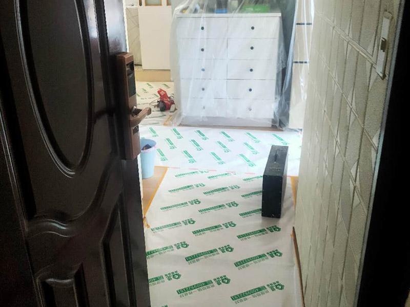 家具地板保护措施:1、在家具进场时先在地板上铺一层毛毯或是硬纸壳,可以有效减少家具和地板的摩擦,从而达到保护地板的目的。 2、工人在搬家具的时候,需要先在家具的棱角部分包上一层保护膜,这样不但可以避免擦伤地板,同时也可以防止在搬弄家具的时候产生一些磕磕碰碰的现象,伤害到家具。
