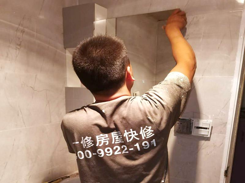 浴室柜安装案例:在安装之前应该检查一下配件是否齐全。安装三角阀时,要确认冷热水管是不是保持平线。 紧接着就是测量距离,并安装下水管道。在涂抹胶水时一定要狠均匀,这样才能确保关于管间的链接是否紧密。之后便可以安装柜脚角了,看看角是不是都在同一个水平面上,安装好之后可以做一个适当的调整。 浴室柜应该靠墙放好,看看进出水管的位置安置的是否得当,如果不合适的话一定要稍作改动。