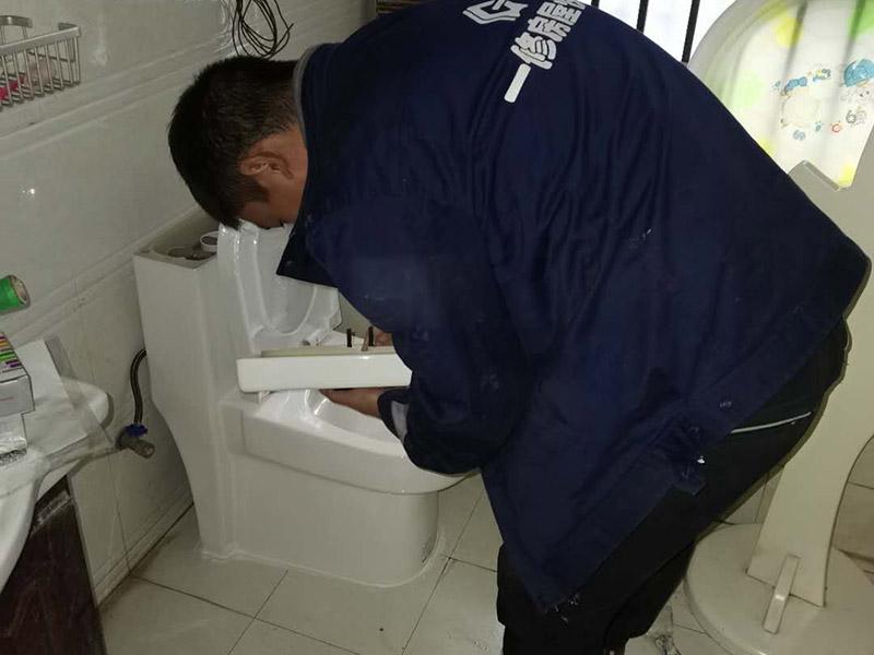 卫生间马桶安装:必须查看一下排污管道内是不是有泥沙、废纸等杂物的堵塞,同时也要检查清楚马桶所安装的位置地面前后左右是否水平,不平需要找平。确认好排污管的中心,方法很简单,就是把马桶翻转过来,然后在马桶的排污口中心处划出十字中心线,注意下十字中心线则要延伸到马桶底部以及四周的脚边。先把马桶与地面排污口的十字线对准,确保水平安装马桶的同时再用力压紧密封圈,下一步就是安装地脚的螺丝与装饰帽固定马桶。固定马桶后,需要在排污口安装专用的密封圈,或者在四周涂上一圈玻璃胶(油灰)或是水泥砂浆,建议水泥与砂的比例则为1:3。