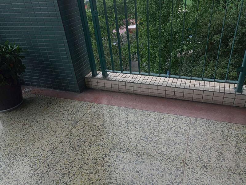 栏杆地砖修补维修:沿瓷砖四周边缘清除嵌缝白水泥,小心地用小凿子把破损的瓷砖清理干净。又不想将四周瓷砖都换下,则可用裁玻璃的刀刻画瓷砖的中间,将中间那部分瓷砖先凿下来,然后用较锋利的钢凿慢慢地将四周边缘的碎瓷块修理干净。 2、瓷砖剥落后,底部的水泥砂浆将用钢凿子凿开,而力不能太重,否则其他完好的瓦片就会破碎。除尘后,将水应用于湿表面。 3、瓷砖瓷砖应先浸湿,在瓷砖背面吹一层107胶泥后,,然后用力按压,并检查新贴的瓷砖是否与所有圆形瓷砖齐平。 4、新瓷砖的接缝应该用白色的水泥浆糊填充,并在瓷砖表面去除多余的水泥浆。