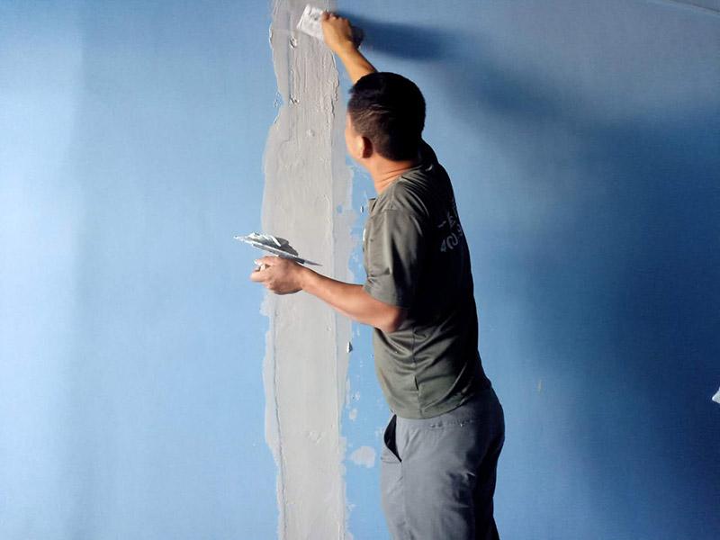 墙面裂缝修补:1、用腻子刀刮出空隙的宽度,并刮成八字型,外宽里窄。 2、用石膏块干粉填补住空隙,填堵的深度大于等于30-40mm,这个不需要与墙面填平,需要比墙面低1-1.5mm。 3、空隙处刷胶后贴玻璃布或牛皮便条。 4、刮腻子2-3遍并与原有墙面抹平,干后用砂纸打磨平。 5、调墙面涂料,涂料调好后先刷样板,干后与墙面颜色比照,颜色接近,色差不大,再涂刷墙壁。 6、墙面如果只是出现小细纹裂缝的话可以用漆覆盖的;如果裂缝出现比较大的,就需要用腻子覆盖后再用油漆覆盖;如果裂缝又大又深的话,还需要将