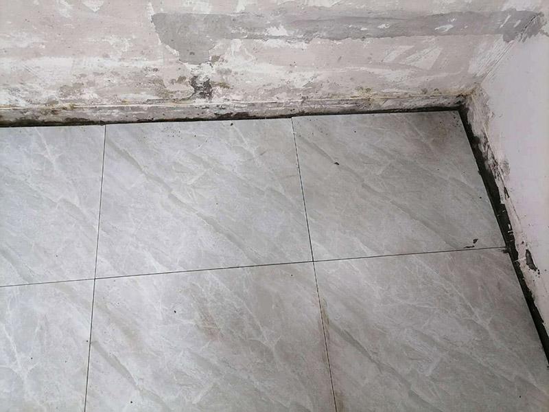 走廊地面贴砖案例:首先,要先清理现场,先洒适量的水以利施,在施工地面撒上水泥粉,以扫把拨弄均匀,以增加与水泥沙浆的粘着性,在施工地点测出水平落差最高的地方:首先在每一面的墙上,分别测出其水平线。 然后,以每一面墙的水平落差的最高点基准,以水泥沙浆为标记,做为打底的水平基准,将水泥与沙以1:3的比例混合成水泥沙浆,以约六尺的木尺打底,彻底抹平,拉放样线,再次拨洒水泥粉,以增加瓷砖的粘着性,在贴瓷砖的过程中,一方以槌柄轻敲瓷砖,让它能确实吃浆。另一方面,并以水平尺测量,确保瓷砖水平,贴完之后,先以海绵沾水将瓷砖擦干净。