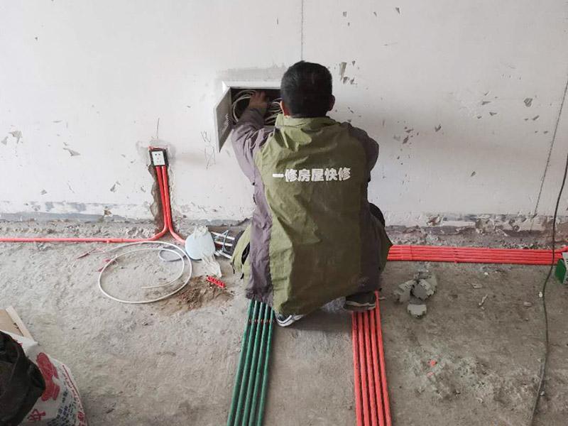 全屋电路走线施工:电路定位很重要!插座安装在哪里安装多少,开关安装在哪里安装多少,哪些地方需要安装灯具等等,这些都需要根据家中实际的电路用途来确定。电路定位搞定以后就可以根据定位以及走向开布线槽了。 开布线槽有讲究,需尽量保持横平竖直。不过对于墙面开槽,规范的做法不允许开横槽,因为这可能会影响到墙面的承重能力。 开槽的深度也有要求,通常情况下深度为PVC线管的直径+10mm。