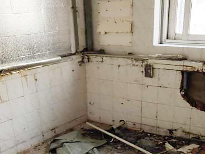 厨房拆除翻新施工:首先就是要对它进行空间改造、水路改造和砖墙翻新这几处一定要提前做好准备和进行规划才行。比如说像对厨房改造中,要做就是对它的空间进行规划好和布局。厨房的上水部分那么可以把它更换成PPR之类新型管材,然后再把它进行暗埋,但是厨房的下水部分,这个地方也是不能进行改动的,如果一定要进行改动,记住一定要咨询清楚物业再动手。