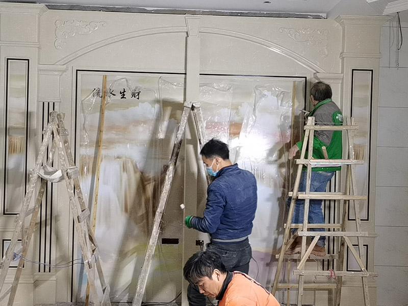 客厅背景墙装修:电视背景墙一定会是装修的重中之重,他的装修类型有许多,例如外型铝塑板、石膏板外型、外型铝塑板、木制油漆外型、玻璃、石材外型,还有贴墙纸等各种装修方式。做装修计划时一定要考虑一下客厅他自己宽度,一般情况下放置电视机比较看起来最佳的间隔是电视机尺度的3.5倍因此我们不能把电视墙做得太厚,以免导致客厅看起来比较狭小。背景墙面在施工时候,我们要确定好踢脚线高度,地砖厚度这些因素都是我们需要考虑进去的使各个外型谐和,如果没有计划踢脚线,那么面板、石膏板的装置应当在地砖施工完成后,以防受潮。