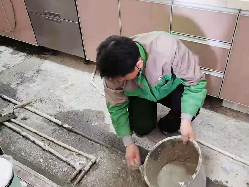 厨房地面埋管找平:一般房屋的地面上有比较凸出的地方,可以采用旋转平磨的方式将高的地方打磨下去前提是下边没有管道。如果高的地方不打磨,那么找平出来的地面就会出现由齿刮刮出来的地面在高的地方同样留下了同样多的水泥,最后找出来的地面好是高的地方依然高,低的地方依然低。同时打磨还能节约不少的用料,这是地面找平中一个很重要的步骤。