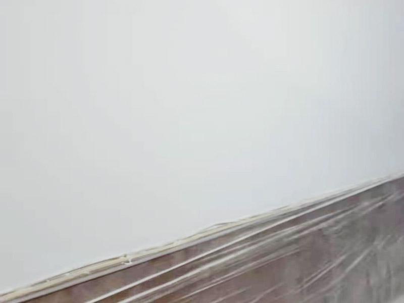 墙面刷新保护:旧墙的基础处理主要是指根除墙面的原有装饰,一般包含墙面原有墙面漆和腻子层的根除、原有木装饰、原有其它外表装饰物如墙纸等的铲除等。湿润原有墙面,墙面铲除的会比较彻底。墙面的基础处理要根据墙面的具体情况,具体施工(局部铲除修补、铲除至石膏层腻子、铲除至原墙水泥层),以便灵活掌握预算和工期。