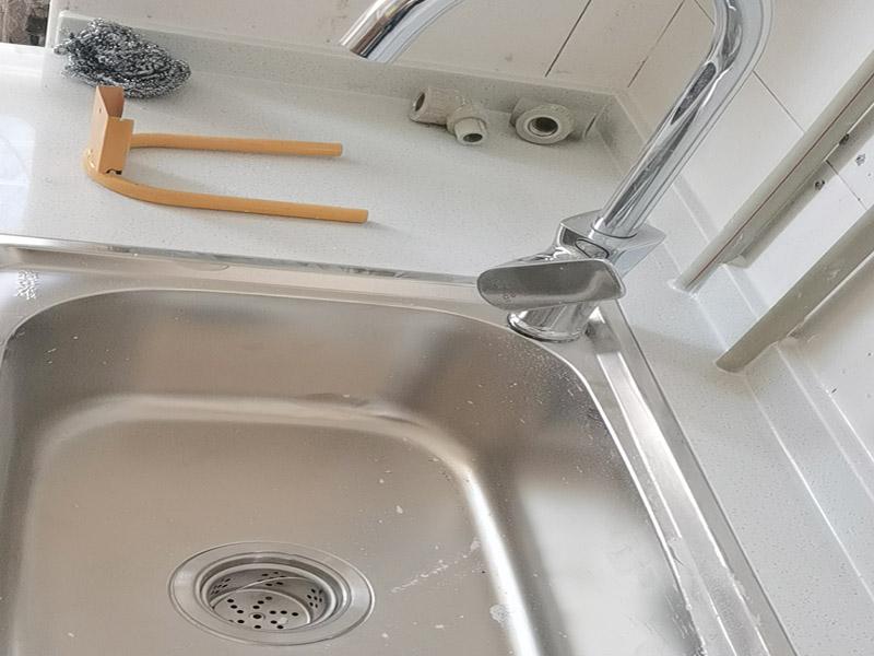 水槽拉篮安装:首先要将水槽放置到台面中心的对应开口的地方,确保水槽固定不松动就可以了。然后就是安装水龙头的进水口,将原先安装在水龙头上的进水管一段连接到开关处,这里也要反复确认连接是否牢固,而且太松太紧都不好。如果使用的是冷热水龙头配件,冷热水管的位置一般都是左热右冷,在安装的时候可以再确认一下,以免安装相反。