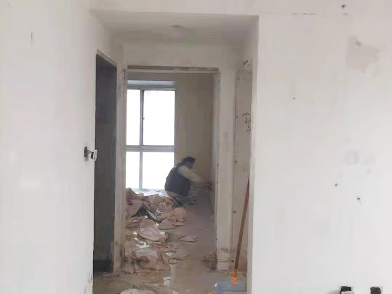 墙面撕旧墙纸:要粘贴新墙纸,最好就是将旧墙纸剥除,这样可以使得新墙纸更加结实的粘在墙上。但也可以在旧墙纸上铺新墙纸,但这种做法有时并不是个好主意,因为粘合剂受潮后,会导致新旧墙纸一起从墙面脱落。此外,若用新墙纸覆盖接缝处的旧墙纸,重叠的印记将显露在新墙纸上。如果由于情况需要,您仍然希望在旧墙纸上贴新墙纸,那么您应该先把接缝打磨平整,将松散的墙纸条撕掉,并将旧墙纸衔接处的松散边缘重新粘贴在墙壁上,然后再开始贴新的墙纸。