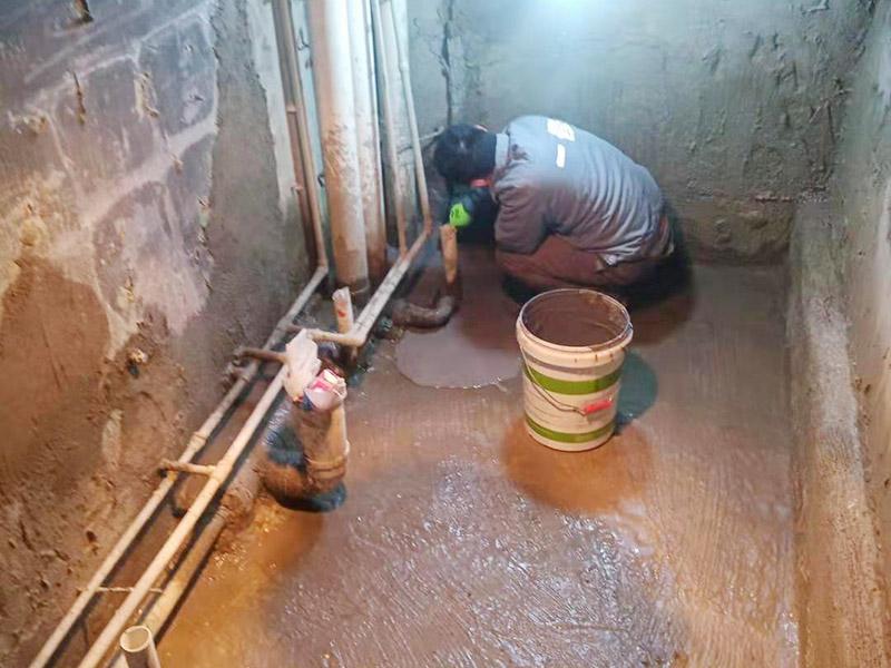 调制水泥地面找平: 一般房屋的地面上有比较凸出的地方,可以采用旋转平磨的方式将高的地方打磨下去前提是下边没有管道。如果高的地方不打磨,那么找平出来的地面就会出现由齿刮刮出来的地面在高的地方同样留下了同样多的水泥,最后找出来的地面好是高的地方依然高,低的地方依然低。同时打磨还能节约不少的用料,这是地面找平中一个很重要的步骤。