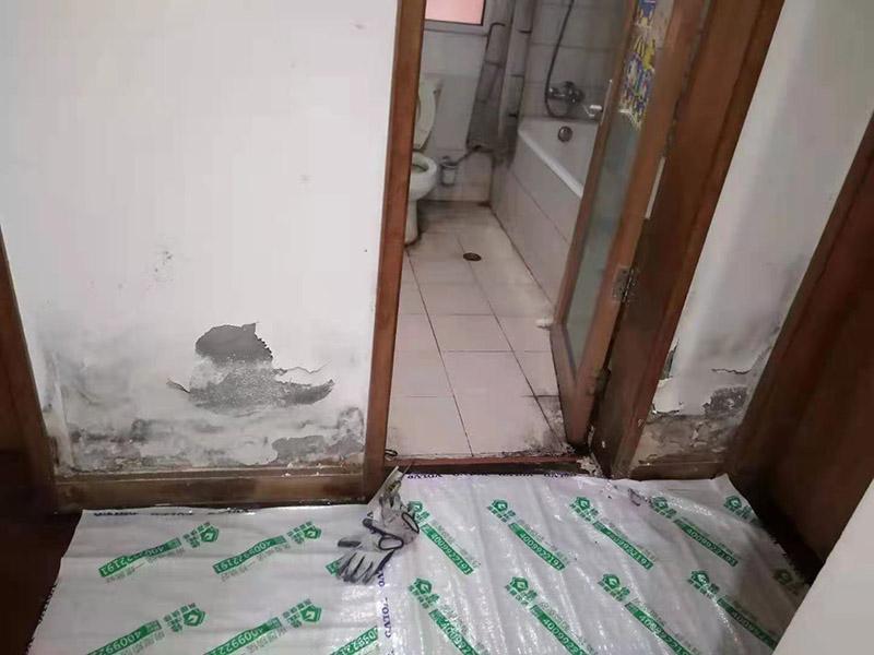 卫生间地面改造:对于卫生间改造,其次就是需要对其做相应的防水处理。因为在日常的家庭中,卫生间的水是处处可见的,非常潮湿。卫生间内的防水涂料是由地面延伸到墙面的,涂刷过程中精良的保证厚度均匀。还需要处理好地面和墙面交界处的各类管件的涂刷。待防水处理完全确定后,等待地面干透就可以做后续的工程了。这里要着重提醒,卫生间下水口位置的防水要特别处理好,保证今后的检查与维修。