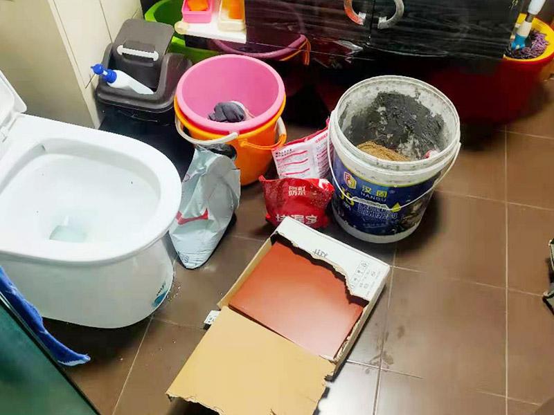 瓷砖修补维修:1,用锤子和凿子,敲掉破损的瓷砖及原有的瓷砖粘合剂,直到露出原来的水泥墙面。 2,调好瓷砖粘合剂 3,先将瓷砖粘合剂拌匀,再用抹刀将瓷砖粘合剂涂抹到瓷砖背面。 4,粘合剂涂到瓷砖上之后,可以在粘合剂表面刮出锯齿痕迹,增加瓷砖的粘合力,然后将瓷砖贴到墙面上。