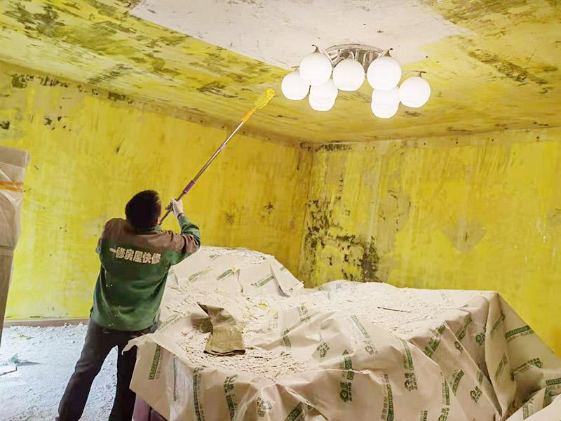 客厅墙面拆除翻新:墙面如果出现细微白色粉末,说明墙内盐分在析出,这时候建议大家可以用尼龙刷或铁刷将其刷除,在观察几天,确定不再有白色粉末析出,且待水泥墙面干燥磨平,便可上漆。若水泥墙表面白色粉末多且不断析出,将其清理后,可先上一道墙面底漆,预防日后盐分侵蚀,形成壁癌。也不要在三个月内使用油性涂料或不透水的壁纸涂刷或装修。可以使用刀或是铁刷来除去墙面剥落的漆膜,然后利用砂纸将墙面表层磨平就可以了。用批土刀来修整墙体的表面,有的墙面会出现污渍、开裂、起泡等现象,都要及时做处理。墙面涂刷的时候应该先从顶部开始