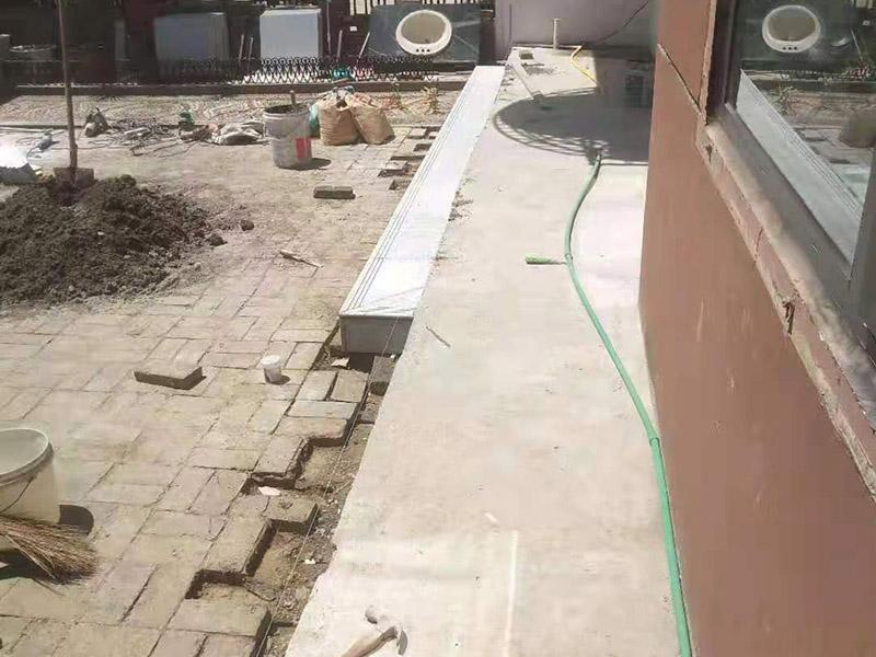 阳台地砖铺贴施工:先将选购的地砖清理干净,并浸泡2小时以上。浸泡是为了让地砖充分的吸足水分,以免在铺贴完成后吸取材料中的水分,造成粘着剂水分不足,影响粘着牢固度, 从而引起空鼓、脱落的情况。地砖在充分浸水后和开始铺贴前需要从水中取出并擦去表面水分,以便进行铺贴。 地砖的铺贴一般按照由门窗边(或阳台)开始,从上到下,由左及右的顺序行进。具体的铺贴方法为:先用水润曾找平层,用铲子将泥砂浆(或其它粘着剂)抹在瓷砖背面,再将地砖贴在墙面,再用铲柄或橡胶锤轻敲地砖,使泥砂浆充满墙面与地砖之间的空间。