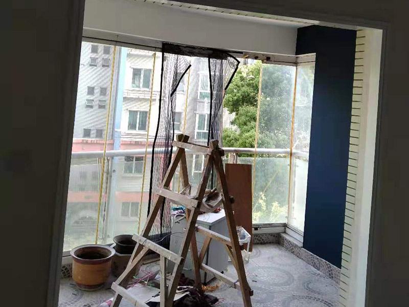地面保护阳台改造:阳台装修,防水是重中之重,特别是在多雨季节,经常看到朋友的阳台与客厅之间的墙面,地板有渗水的痕迹。所以,在阳台铺地板前,要用防水材料在墙面与地板上做防水层,防水层干了之后才能铺设阳台地板,有推拉门的阳台做好防水框防水,有用到玻璃窗封阳台的话,需要将窗底部与阳台台面间使用发泡剂填满,再用硅胶固定,这样就能够防止水渗透。