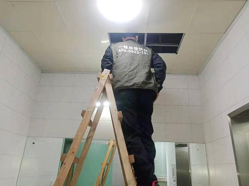 吊顶拆除检查维修:首先检查安全通道情况,必须保持安全通道畅通无阻。做好一些预留设施、重要部位、部件的防护保护工作,拆除承重墙时要先加固(由专业队伍施工),得到相关单位的认可后方可进行下一道工序施工。将拆除区域内的易燃易爆品包括废纸、纺织品、木制品等集中外运。本工程为多层建筑物,高空作业采用移动式脚手架。拆除顺序为:切断电路→关闭给排水管→拆除管线→吊顶→龙骨→堆放→整理→清运等。 清理各层遗留物及垃圾等。