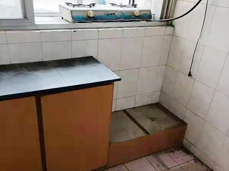 旧橱柜更换安装:橱柜安装一般先从地柜开始。把橱柜外包装拆开后。在橱柜的边缘贴上防火膜封边。在下柜底部安装上支脚,根据地面水平高度调整橱柜。 橱柜安装需要找出基准点,L型厨房从直角处向两边延伸,U型厨房则先将中间的一字型柜体放整齐后,再从两个直角处向两边站看,这样可以避免出现缝隙。 橱柜框架安装牢固定位后,需要在橱柜背面。一般安装下水都会现场开孔,工人会用专业的打孔器按照管道大小进行打孔,打孔的直径应比管道大3-4毫米,并且打孔后要将开孔部分用密封条封边,防止边缘渗水木材变形。把打好孔的背板根据橱柜位置,依次封装进去。接下去就是安装吊柜了。同下柜一样,吊柜也需要根据需要现场打孔,比如脱排油烟机的排烟管的孔位。