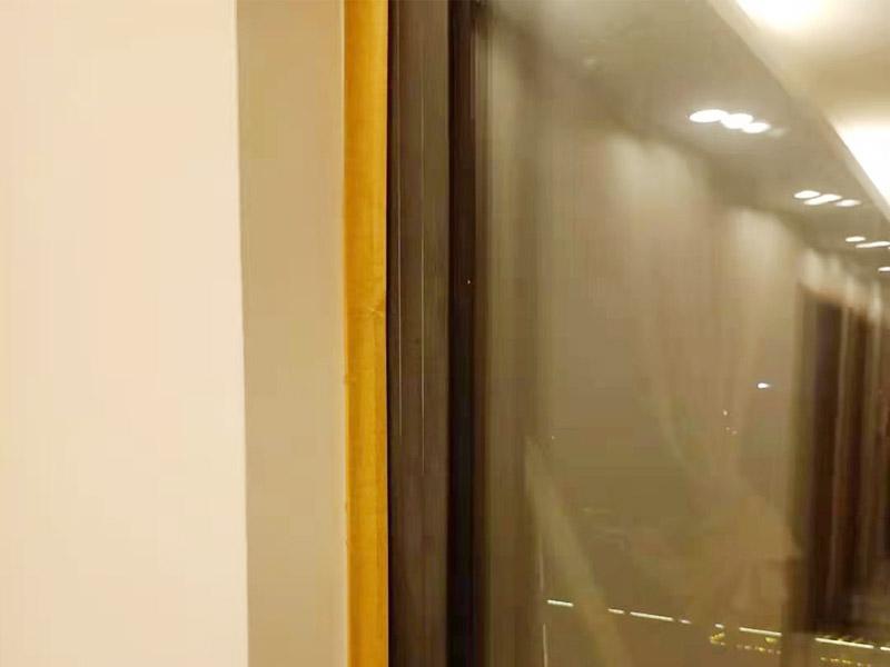 家电窗户成品保护:地砖、地面石材保护方式:满铺成品瓦楞纸板,再用干净彩条布满铺在普通石膏板上,在彩条布交接处及转角处用胶带固定,也可选用木芯板或三夹板。材料选用视上人、车情况而定。 开关插座的保护方式:用美纹纸满包或采用透明塑料盖保护。 门套的保护方式:用原门框保护膜,或者多层板或密度板,报纸,美纹纸保护。 玻璃镜子的保护方式:塑料气泡膜满贴,用美纹纸进行粘贴固定保护。
