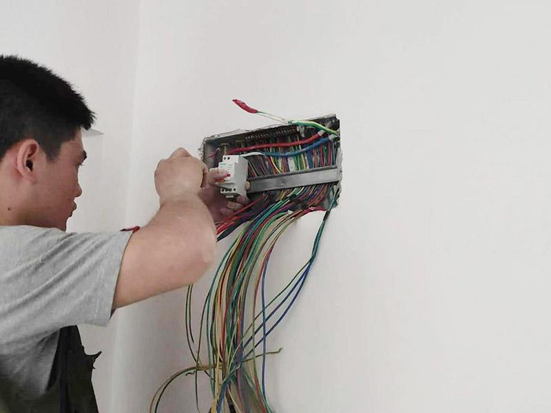 家庭电路排线维修:为避免发生装修火灾,施工人员必须严格按照有关电力设计技术规范和有关规定进行施工,装修内层须使用防火装潢材料。装修时不能乱拉、乱接。要考虑便于检查线路,绝缘层破损要及时更换。装修布线之前,首先应将所有电路进行综合设计、进行总体规划。这样不仅节省时间,也有利于以后的检修维护。在这方面,弱电的要求则更细致些。