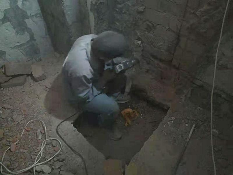墙面水电开槽维修:施工方法、先弹线,再开槽。管路开槽按要求必须是平行线与垂直线。须平行走线的管路一律控制在60-90厘米高(从地面算起),有水龙头的管路必须垂直。深度控制在4厘米。线槽开好后施工负责人记好开槽管路尺寸、位置。方便以后洁具安装时知道管路的位置。