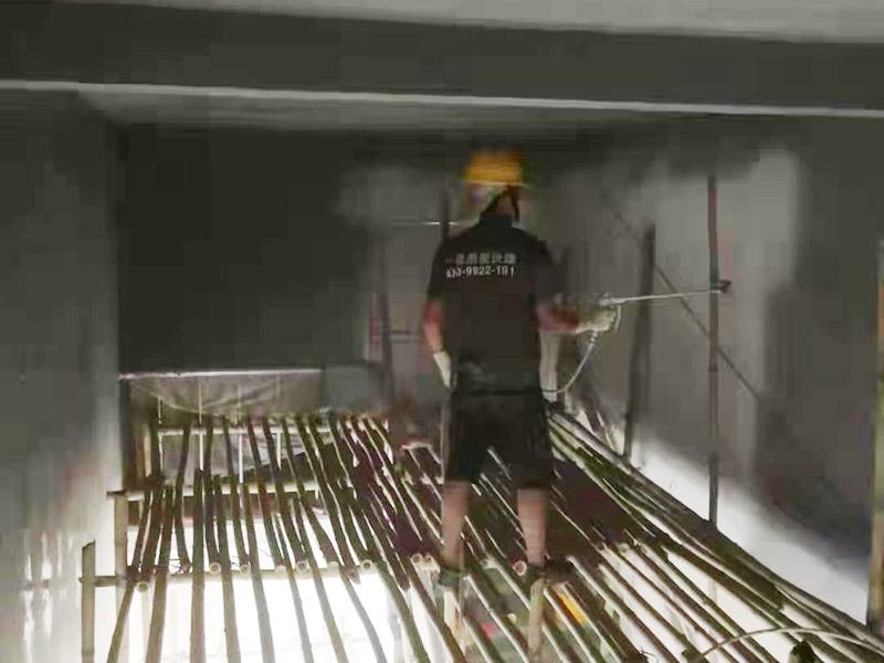 墙面修补喷漆:处理墙面时会有粉尘,而且难免会有腻子、涂料或其他胶水滴落,所以一定要提前做好对房间内已有装修成品的保护工作。确保墙面坚实、平整,用地板铲或其他工具清理墙面,使水泥墙面尽量无浮土、浮沉。在墙面辊一遍混凝土界面剂,尽量均匀,待其干燥后(一般在2小时以上),特别提醒,如选用红吉庆腻子粉,请不要刷界面剂,选择墙锢效果会好些,就可以做阴阳角的找直了。 刮腻子 阴阳角找直,底层找平,后就要刮腻子了,现在毛坯房的平整度都不好,应刮三遍腻子,每遍腻子应彻底干透再进行刮下一遍(表干以后)。清理打磨后的腻子表面