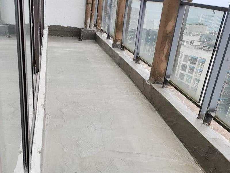 阳台防水找平:首先为阳台封装防水,由于是防水工作的第一道防线,因此是千万不可马虎的,在做阳台封装时,在选材方面就需要选择防水防潮的材料,在施工过程中应注意做好密闭,若没有做好封装的话,阳台的防水将会大打折扣。阳台地面防水的做法与卫生间做防水的做法差不多,都是从找平基层开始,再到涂上防水层、铺上防水材料,最后对地面进行检验,铺设地面等。这里需要注意的是,阳台的防水层完成之后一定要与室内地面具有一定的高度差,最好低于室内地面2-3cm的高度。