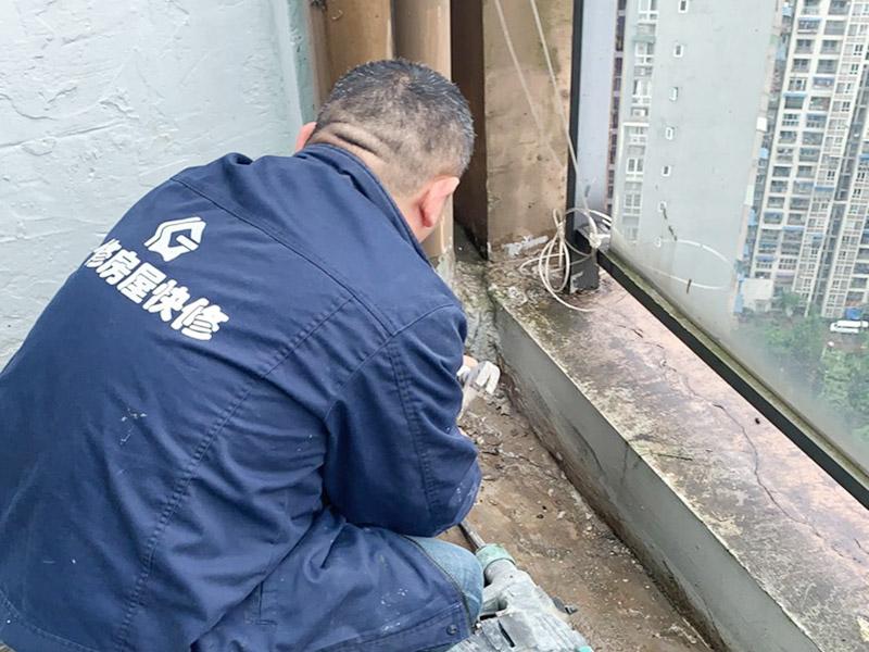 阳台管道漏水维修:1、水管爆裂后漏水多少,一般与管内的水压高低有直接关系。无论水是滴漏还是喷涌而出,此时最应做的就是立刻关闭该供水管道的阀门,并报修当地的物业部门。 2、用修补水管的专用胶布捆住水管的损毁部分。 3、另外也可以用玻璃纤维胶布或环气树脂黏剂修补水管的裂缝。 4、如果水管爆裂情况严重,可以用毛巾包裹住水管的破裂部分,这样既可以阻止水流四处喷射,也可以将水流引入放置好的水桶中,以免造成巨大浪费。同时关闭住户内总水管的阀门,完全截留屋内的自来水供应。 5、如果水管爆裂的原因是管道过于陈旧,应及时找水管工人进行检查和修理。 你要先保证阳台窗边和周边墙面需打胶的地方没有一些杂物,这样才能用结构胶封堵缝隙,用胶嘴的斜面打出胶的弧状面,以达到不存水和密封的效果。建议用刚性防水材料来处理,这样既能防水,还能再上面走动;也可以考虑用玻璃胶回填缝隙,然后在上面用水泥铺上,压实后,刷上原来的漆,这样是比较简单的,防渗水用到的材料一定防水性比较强的。