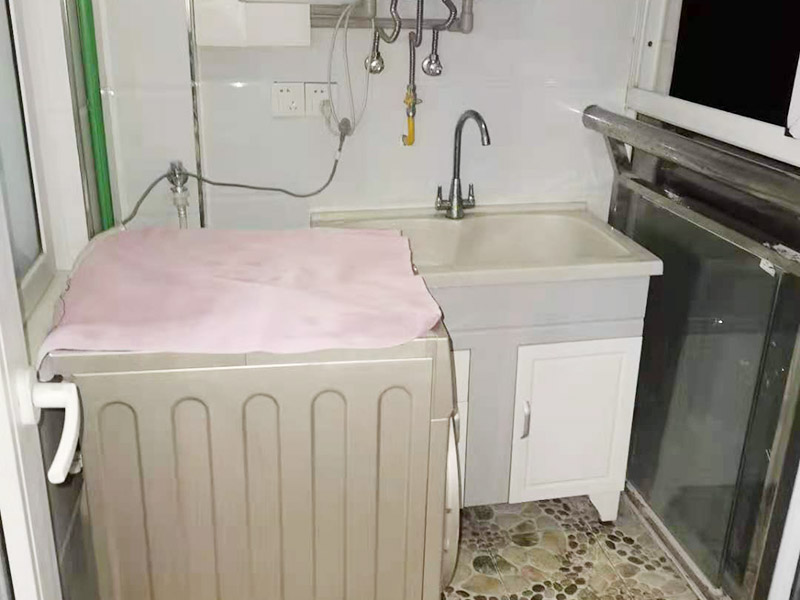 卫生间装修改造:因为是二次装修,所以在装修前,首先需要的就是敲掉之前装修的地瓷砖,才可以使用自己选购好的地瓷砖进行铺贴,在这里需要提醒的是,在敲碎原有的瓷砖时,一定要多加注意,不要敲到下水道水管了,卫生间的下水道通常都是有多个的,一不小心就很容易被敲打到。还要特点注意的是,一定要避免碎掉的瓷砖进入下水道内,不然就会拥堵,这是很难解决的一件大难题哦。