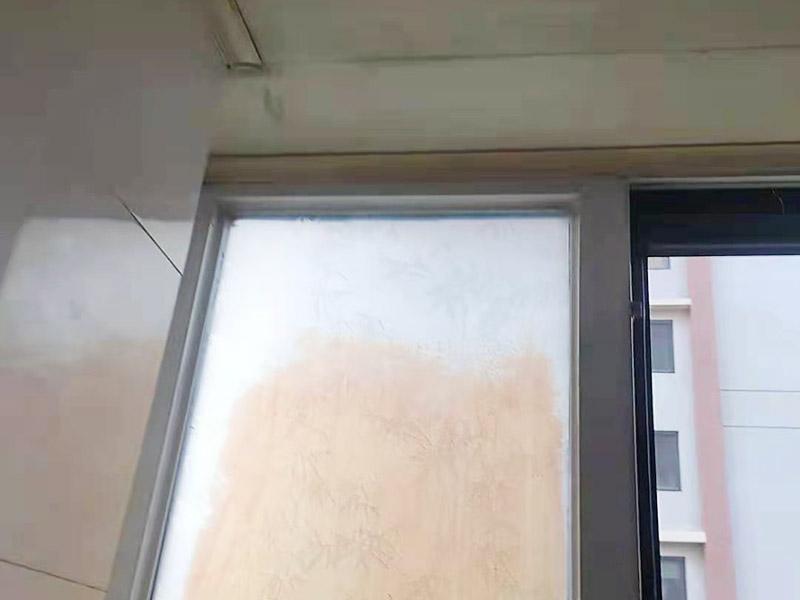 窗框接缝处打胶:窗框与墙体固定时,需要在内外都打胶,因为玻璃与型材间存在一定的缝隙,需要将胶打入缝隙中,为了让两者间的密封性能、水密性能更加好。先固定上框,后固定边框,采用塑料膨胀螺栓固定。框与洞口之间的伸缩缝内腔均采用闭孔泡沫塑料,发泡剂等弹性材料填塞,表面用密封胶密封。