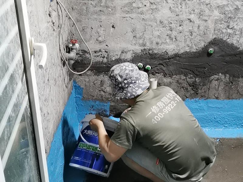 卫生间地面刷防水:首先就要清理地面的渣子和灰尘,而且坡度也很重要,门口附近坡度小,地漏附近坡度大,这样有利于排水。地面不平,在涂刷防水涂料的时候就可能会涂不均匀,又或是地面因为不平而容易裂开,这即使是涂了防水涂料上去也会随着地面裂开。